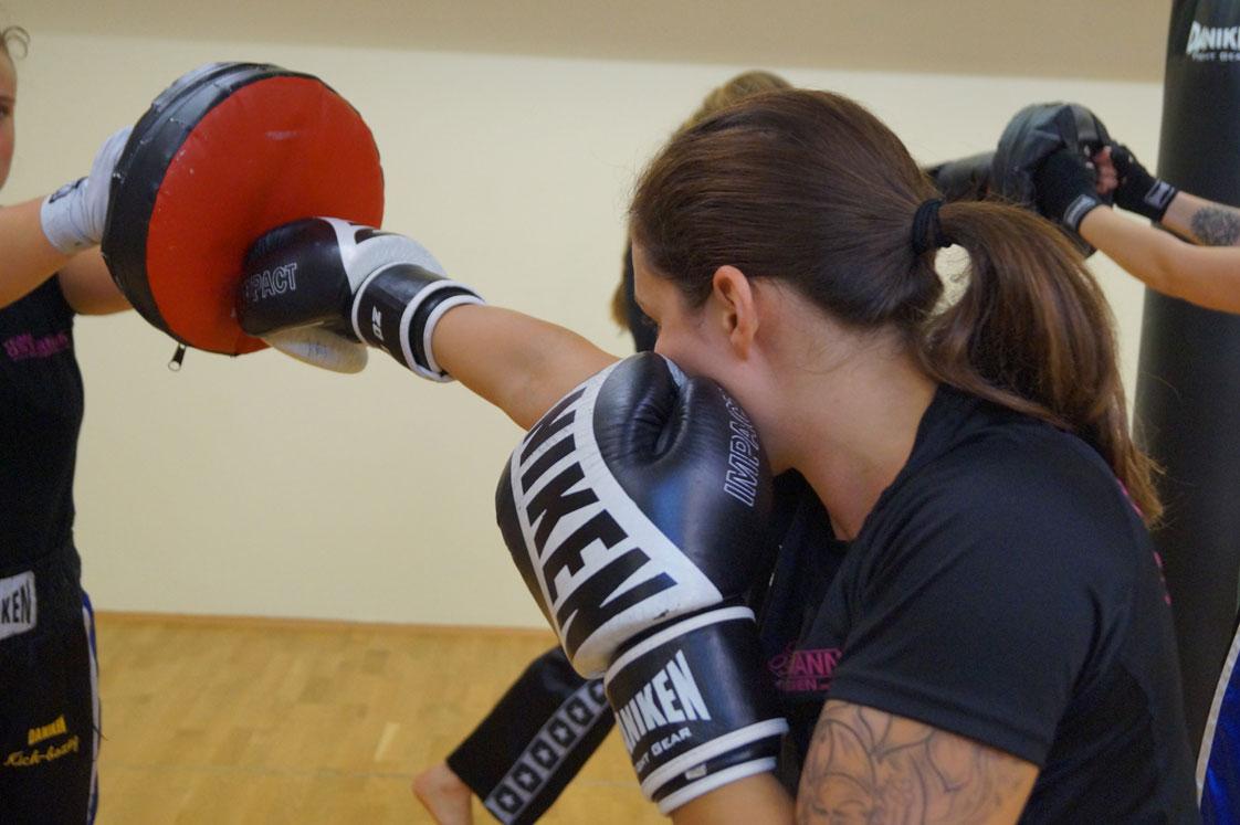Kickboxen ist der ideale Einstieg für Frauen und Mädchen,die sich für eine wirksame Methode der Selbstverteidigung interessieren